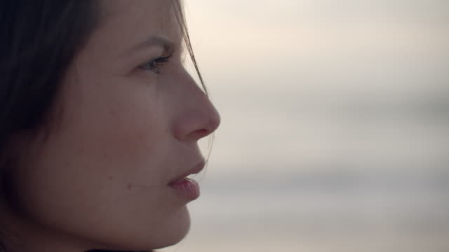 stockvideo's en b-roll-footage met cu rack focus profile young woman on the beach - scherpte verlegging