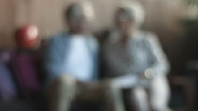 vidéos et rushes de rack focus, senior couple look at paperwork - retraite