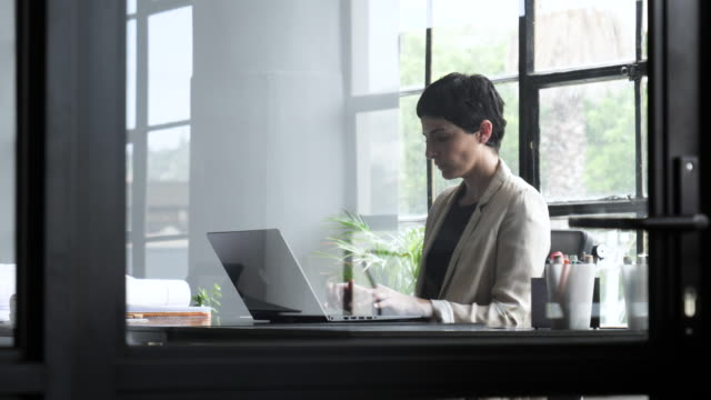 rack focus, short haired woman types in office - only mid adult women stock videos & royalty-free footage