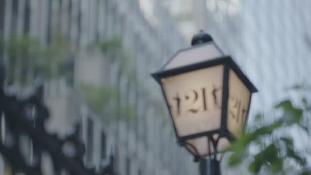 vídeos de stock e filmes b-roll de rack focus shot of a lamp on the entrance of the 21 club - bar clandestino