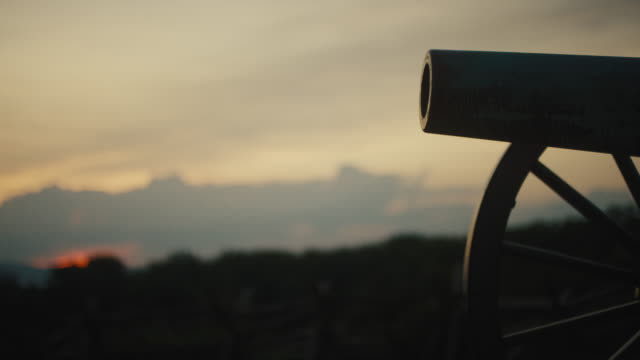 vidéos et rushes de rack focus shot of a silhouette of a us civil war cannon from gettysburg national military park, pennsylvanie at sunset - guerre