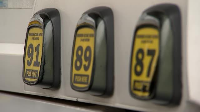 vídeos de stock e filmes b-roll de rack focus shot of gasoline octane ratings at a gas station pump on april 16, 2019. - gas station