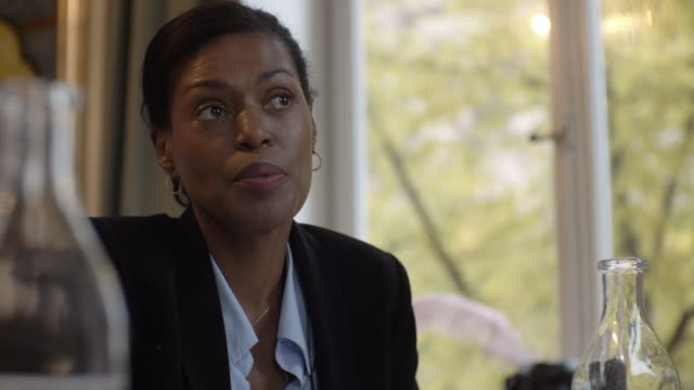 vidéos et rushes de rack focus shot of mature legal professional discussing in meeting - avocat juriste