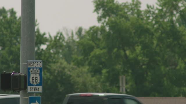 vidéos et rushes de rack focus shot of the signpost of the u.s. route 66 - route 66