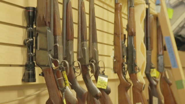rack of gun rifles - gewehr stock-videos und b-roll-filmmaterial