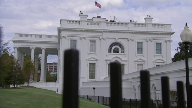 rack shot from fence of the white house in washington, d.c. - united states and (politics or government)点の映像素材/bロール