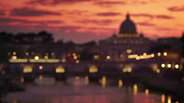 racking focus of st. peter's basilica and ponte sant'angelo at dusk - サンタンジェロ橋点の映像素材/bロール