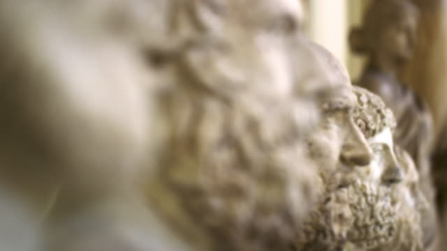 vídeos de stock e filmes b-roll de racking focus shot of roman stone bust sculptures in the vatican - escultura