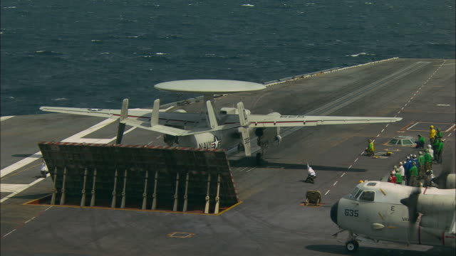 vidéos et rushes de ms, radar plane taking off aircraft carrier deck - marine américaine