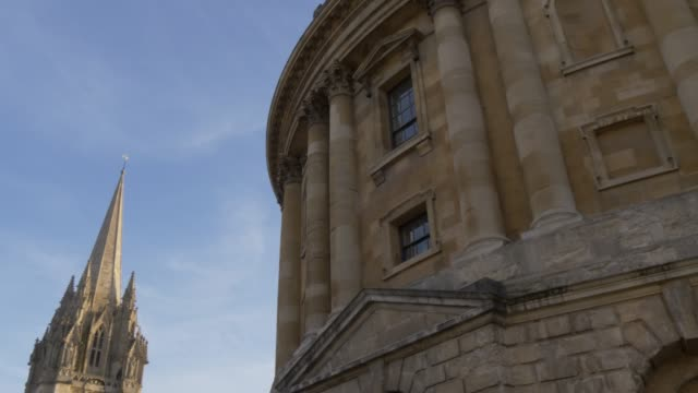 radcliffe camera reading library and university church of st. mary the virgin, oxford, oxfordshire, england, united kingdom, europe - oxford england video stock e b–roll