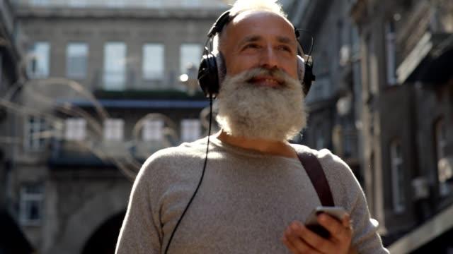 Radiant gentilhomme se promenant dans la rue et le chant