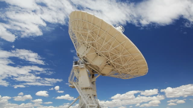 t/l radio antenna scans the sky, part of the very large array / new mexico, usa - 天体望遠鏡点の映像素材/bロール