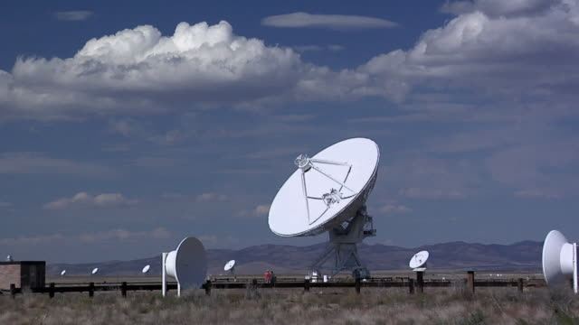zi ms radio antennas at very large array of national radio astronomy observatory, socorro, new mexico, usa - sternenteleskop stock-videos und b-roll-filmmaterial