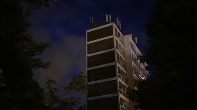 radio bas station ovanpå en lägenhet - radio och tv utsändning bildbanksvideor och videomaterial från bakom kulisserna