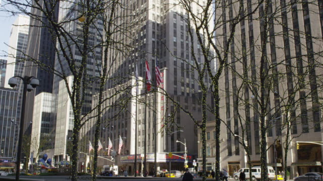 stockvideo's en b-roll-footage met radio city music hall at christmas time, rockefeller center, midtown, nyc - d day