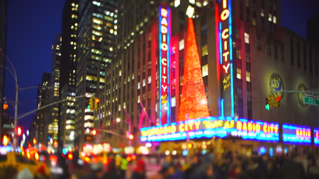 vídeos y material grabado en eventos de stock de radio city music hall christmas tree glows in christmas colors and decorated with christmas decorations in the night at midtown manhattan new york city ny on jan. 02 2020. - radio city music hall