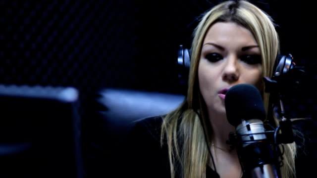 vídeos y material grabado en eventos de stock de dj de radio espectáculo en vivo en el aire - radio