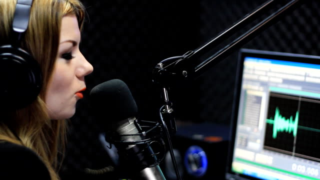 radio live-show - moderator stock-videos und b-roll-filmmaterial