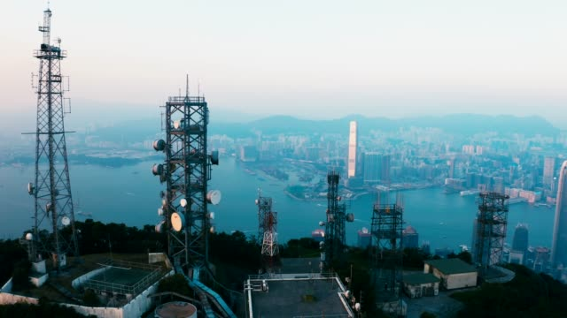 vídeos y material grabado en eventos de stock de estación de radio en victoria peak, hong kong, durante la puesta del sol - pico victoria