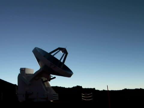 stockvideo's en b-roll-footage met ms radio telescope against clear sky, mauna kea, the big island, hawaii, usa - astronomietelescoop