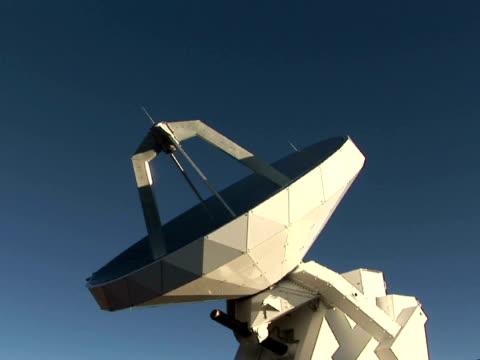 stockvideo's en b-roll-footage met cu, zi radio telescope against clear sky, mauna kea, the big island, hawaii, usa - astronomietelescoop