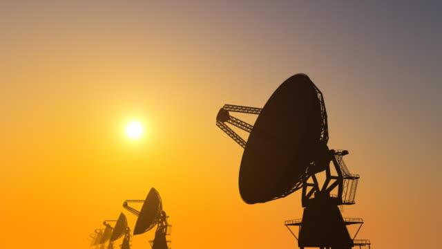radiotelescopio array al tramonto - telescopio astronomico video stock e b–roll