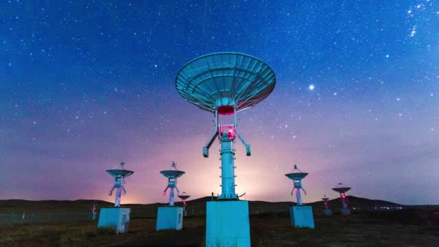 夜の電波望遠鏡、タイムラプス - 宇宙・天文点の映像素材/bロール