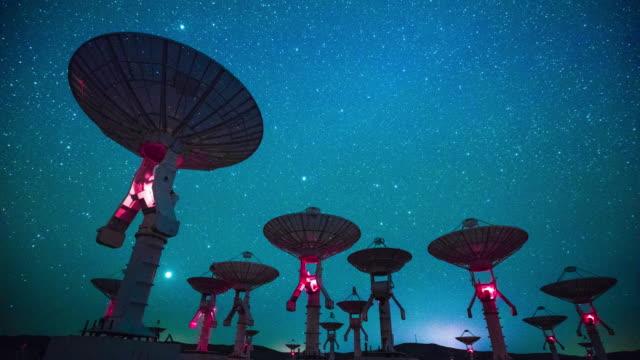 radioteleskop bei nacht, zeitraffer - satellitenschüssel stock-videos und b-roll-filmmaterial