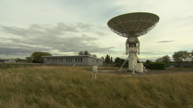 radio telescope, harwell, oxford - pan up to sky above - harwell stock videos & royalty-free footage