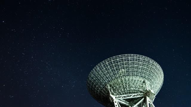 stockvideo's en b-roll-footage met t/l radio telescoop die hemel bij nacht waarobserveert - astronomietelescoop