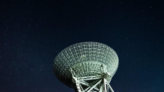 vídeos de stock e filmes b-roll de t/l radio telescope observing the milky way - astronomia