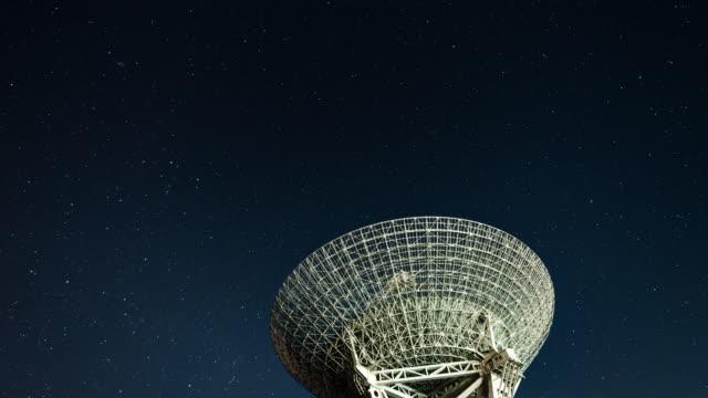stockvideo's en b-roll-footage met t/l radio telescoop observeren van de melkweg - astronomietelescoop