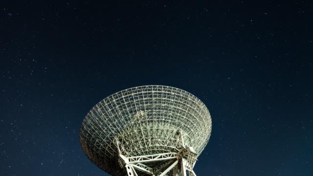 stockvideo's en b-roll-footage met t/l td radio telescope observeren van de melkweg - astronomietelescoop