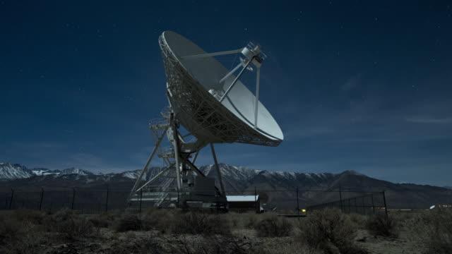 vidéos et rushes de radio telescope under moonlight and stars , eastern sierra, california, usa - antennes
