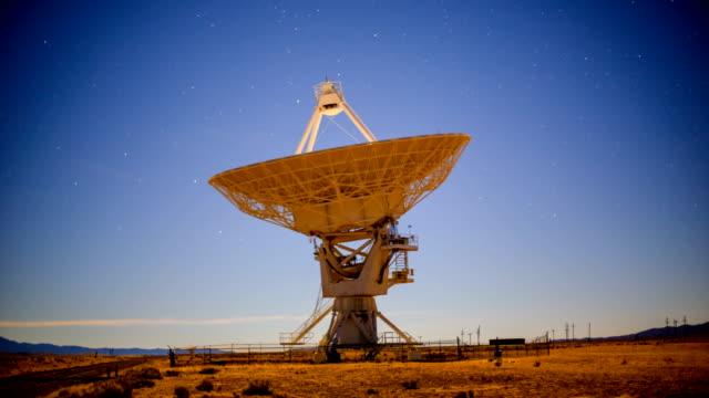 radioteleskop - satellitenschüssel stock-videos und b-roll-filmmaterial