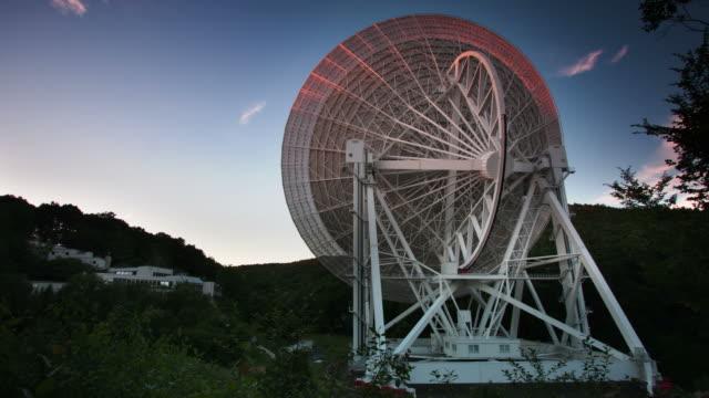 radiotelescopio - telescopio astronomico video stock e b–roll