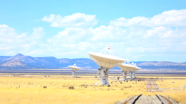 vídeos de stock e filmes b-roll de radio telescope - astronomia