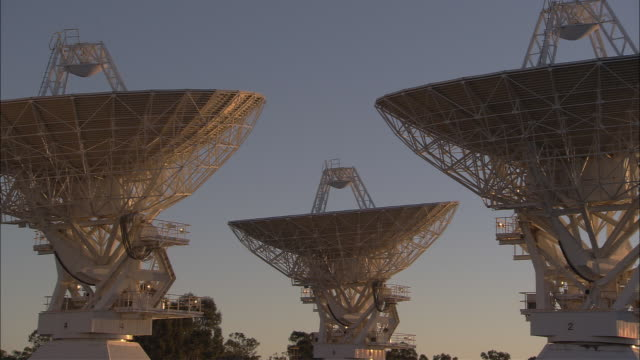vídeos de stock, filmes e b-roll de radio telescopes rotate in unison. - meteorologia