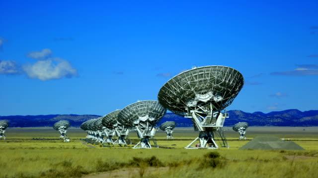 radio teleskope - satellitenschüssel stock-videos und b-roll-filmmaterial