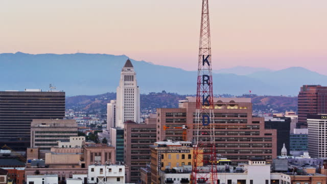 radio tower and civic buildings in downtown los angeles at sunset - drone shot - ラジオ放送点の映像素材/bロール