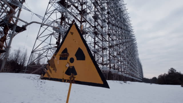 radioactivity symbol in front of duga radar, cherbonyl - guerra fredda video stock e b–roll
