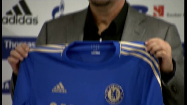 rafael benitez outburst against chelsea and its fans r22111202 / photography*** benitez holding chelsea shirt at press conference - スタンフォードブリッジ点の映像素材/bロール