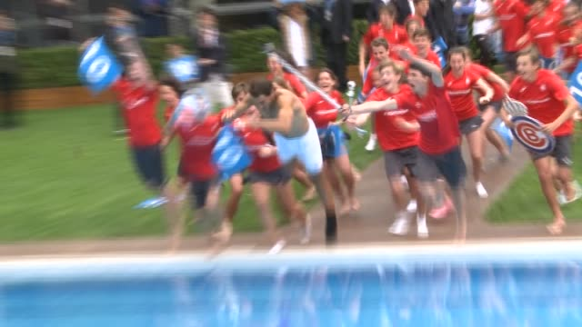 Rafael Nadal continues the tradition of jumping to the pool for winning the 10th time the tournament of Conde Godó
