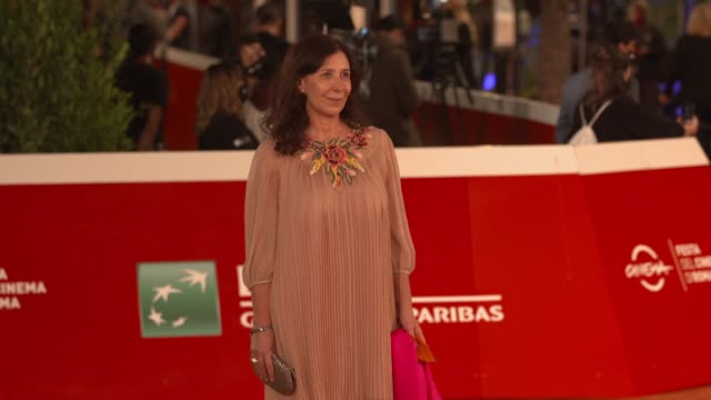 "raffaella lebboroni arrives on the red carpet ahead of the ""cosa sara'"" screening during the 15th rome film fest on october 24, 2020 in rome, italy. - rome film festival点の映像素材/bロール"
