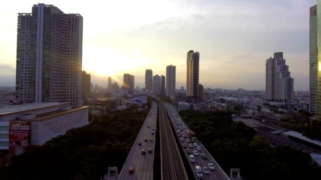raffic と空鉄道景観背景の橋の上 - バンコク点の映像素材/bロール