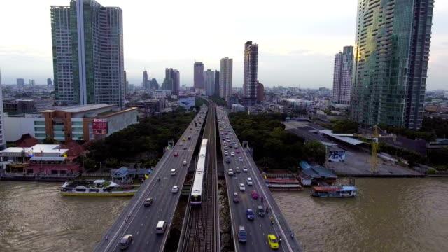 a circulation et Sky Train chemin de fer sur le pont avec fond de paysage urbain