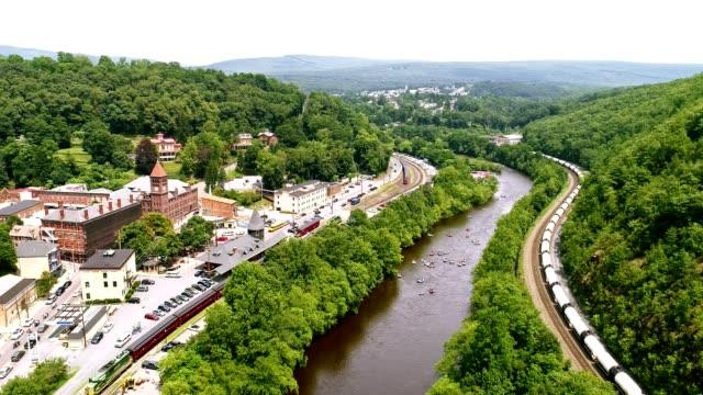 forsränning på lehigh floden nära av jim thorp (mauch chunk), carbon county, poconos regionen, pennsylvania - poconobergen bildbanksvideor och videomaterial från bakom kulisserna