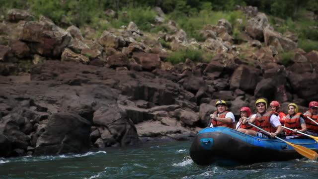 vídeos y material grabado en eventos de stock de ms pan rafting with a boat at cataratas do iguacu / foz do iguacu, parana, brazil - accesorio de cabeza