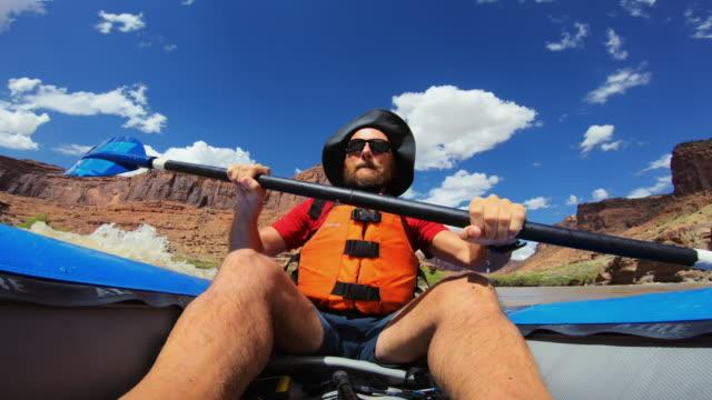 vidéos et rushes de rafting de pov avec le kayak dans le fleuve du colorado, moab - caméra portable