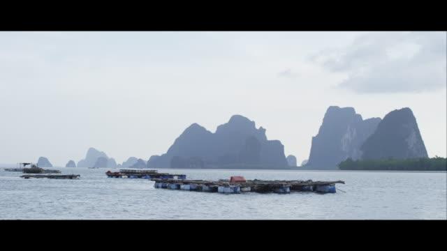 vídeos de stock, filmes e b-roll de rafts on the sea, khao sok national park - formato letterbox